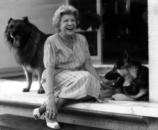 Anala Braun con Perros
